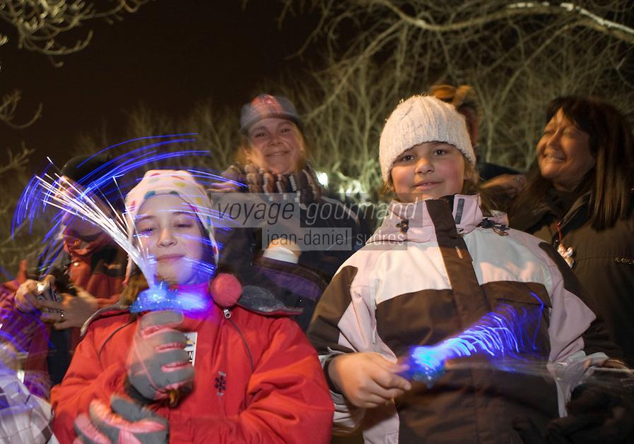 Amérique/Amérique du Nord/Canada/Québec/ Québec: Spectateurs lors du défilé de nuit  du Carnaval  de Québec pour les  400 ans de la ville de Québec