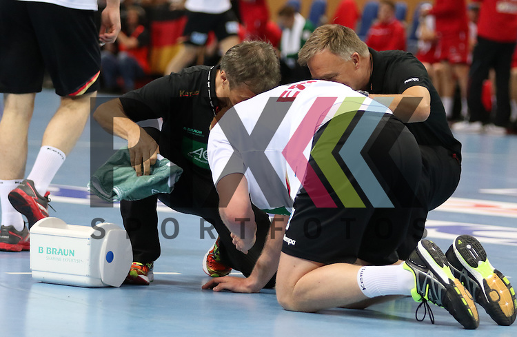 Kiel, 14.06.15, Sport, Handball, L&auml;nderspiel, EM-Qualifikation, Deutschland - &Ouml;sterreich : Behandlung / Verletzung Patrick Wiencek (THW Kiel / Deutschland, #07)<br /> <br /> Foto &copy; P-I-X.org *** Foto ist honorarpflichtig! *** Auf Anfrage in hoeherer Qualitaet/Aufloesung. Belegexemplar erbeten. Veroeffentlichung ausschliesslich fuer journalistisch-publizistische Zwecke. For editorial use only.