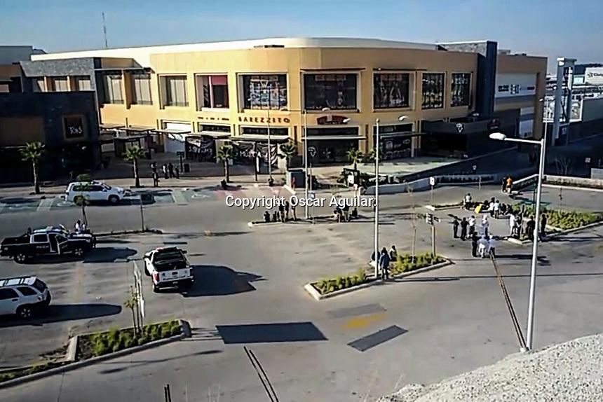Querétaro, Qro. 26 de diciembre de 2017.- Cerca de 50 personas fueron evacuadas en la plaza comercial Uptown Juriquilla, donde se registró un incendio al interior del gimnasio Sport World, que dejó cuantiosos daños materiales.<br /> Foto: Oscar Aguilar.