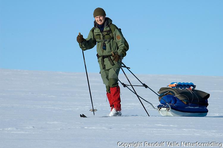 Mann drar pulk ---- Man pulling sled