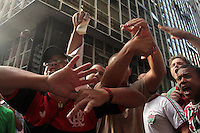 RIO DE JANEIRO, RJ, 16.12.2013 - JULGAMENTO PORTUGUESA - Torcedores do Flamengo e do Fluminense se concentram em frente ao STJD para acompanhar o julgamento da Portuguesa, e aproveitam para provocarem uma a outra, nessa segunda 16. (Foto: Levy Ribeiro / Brazil Photo Press)