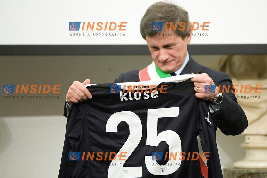 Il Sindaco di Roma Gianni Alemanno riceve in dono da Miroslav Klose la sua maglia della Lazio..Roma 23/01/2012 Terza edizione del premio Atleta dell'anno..Foto Insidefoto