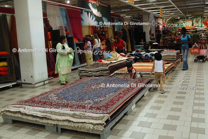 Supermercato Coop. Coop supermarket..Tappeti. Carpets..