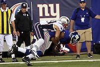 WR Domenik Hixon (Giants) wird gestoppt von DB Sterling Moore (Patriots)