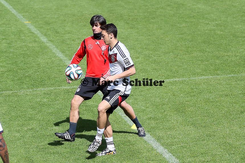 Bundestrainer Joachim Löw versucht Mesut Özil den Ball abzunehmen - Training der Deutschen Nationalmannschaft  zur WM-Vorbereitung in St. Martin