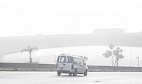 SAO PAULO, SP, 04 DE JUNHO 2013 - CLIMA TEMPO - Amanhecer com neblina na Rodovia Ayrton Senna altura do bairro de Sao Miguel Paulista  nesta terca-feira, 04. FOTO: VANESSA CARVALHO - BRAZIL PHOTO PRESS.