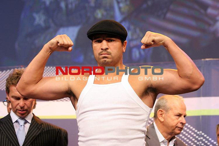 Boxgala - WBA-WM im Schwergewicht - Pressetraining<br /> Nikolai Valuev (RUS) vs John Ruiz (USA)<br /> <br /> John Ruiz (USA)<br /> <br /> Nikolai Valuev und John Ruiz werden vor dem Kampf am Samstag den 30.08.08 offiziell gewogen.<br /> <br /> Foto &copy; nph (  nordphoto  )<br /> <br /> *** Local Caption ***