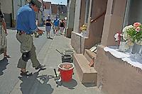 Bildhauer und Künstler Gunter Demnig bei der Verlegung der Stolpersteine für die Familie Kahn - Stolpersteinverlegung in Geinsheim