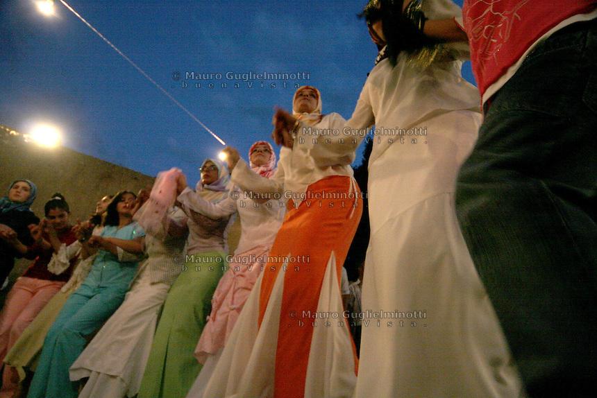 Turchia Dogubayazit (Kurdistan) Matrimonio tradizionale curdo, donne danzano