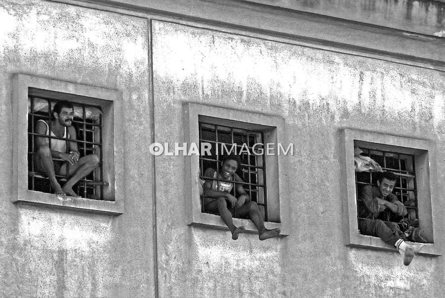 Presidiários nas celas da Casa de Detenção. São Paulo. 1986. Foto de Juca Martins.