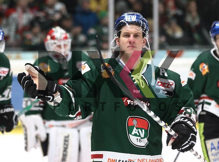 Adrian Grygiel (Augsburger Panther #83) bedankt sich bei den Fans nach dem Spiel, <br /> <br /> Augsburger Panther vs. Schwenninger Wild Wings, 34. Spieltag, 05.01.2016,<br /> <br /> Foto &copy; PIX-Sportfotos *** Foto ist honorarpflichtig! *** Auf Anfrage in hoeherer Qualitaet/Aufloesung. Belegexemplar erbeten. Veroeffentlichung ausschliesslich fuer journalistisch-publizistische Zwecke. For editorial use only.