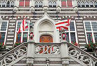Stadhuis van Alkmaar. Vlaggen hangen buiten tijdens Alkmaars Ontzet