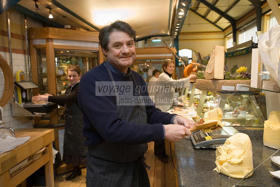 """Europe/France/Bretagne/35/Ille et Vilaine/ Rennes: Jean-Yves Bordier dans sa boutique aux halles """"La Fromagée"""" Halles Centrales."""