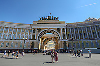 SAO PETERSBURGO, RUSSIA, 12.07.2018 - SAO PETERSBURGO-RUSSIA - O Palácio do Estado-Maior é um edifício com uma fachada em forma de arco de 580 metros de comprimento, localizando na praça do Palacio em frente ao Museu do Hermitage. O edifício neoclássico monumental foi projetado por Carlo Rossi no estilo império e construído entre 1819 e 1829. Consiste em duas asas, que são separadas por um arco triunfal tripartita decorado pelos escultores Stepan Pimenov e Vasily Demuth-Malinovsky e comemorando a vitória russa sobre a França napoleônica na Guerra Patriótica de 1812. O arco liga a Praça do Palácio através da Rua Bolshaya Morskaya para Nevsky Prospekt. Até a capital ser transferida para Moscou em 1918, o edifício serviu como sede do Estado-Maior (ala ocidental) e Ministério das Relações Exteriores e Ministério das Finanças (ala leste). A ala ocidental hospeda agora as matrizes do Distrito Militar Ocidental. A asa oriental foi dada ao Museu Hermitage em 1993 e o interior foi amplamente remodelado. (Foto: William Volcov / Brazil Photo Press)