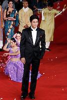 "L'attore indiano Shah Rukh Khan posa sul red carpet per la presentazione del film ""Il mio nome e' Khan"", al Festival Internazionale del Film di Roma, 31 ottobre 2010..Indian actor Shahrukh Khan poses past dancers on the red carpet to present the movie ""My name is Khan"" during the Rome Film Festival at Rome's Auditorium, 31 october 2010..UPDATE IMAGES PRESS/Riccardo De Luca"