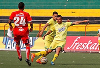 BUCARAMANGA - COLOMBIA - 13 - 03 - 2016: John Perez (Der.) jugador de Atletico Bucaramanga disputa el balón con Yorman Rueda (Izq.) jugador de Fortaleza FC, durante partido entre Atletico Bucaramanga y Fortaleza FC, por la fecha 9 de la Liga Aguila I-2016, jugado en el Alfonso Lopez de la ciudad de Bucaramanga. / John Perez (R) player of Atletico Bucaramanga vies for the ball with Yorman Rueda (L) player of Fortaleza FC,  during a match between Atletico Bucaramanga and Fortaleza FC, for the date 9 of the Liga Aguila I-2016 at the Alfonso Lopez Stadium in Bucaramanga city Photo: VizzorImage  / Duncan Bustamante / Cont.