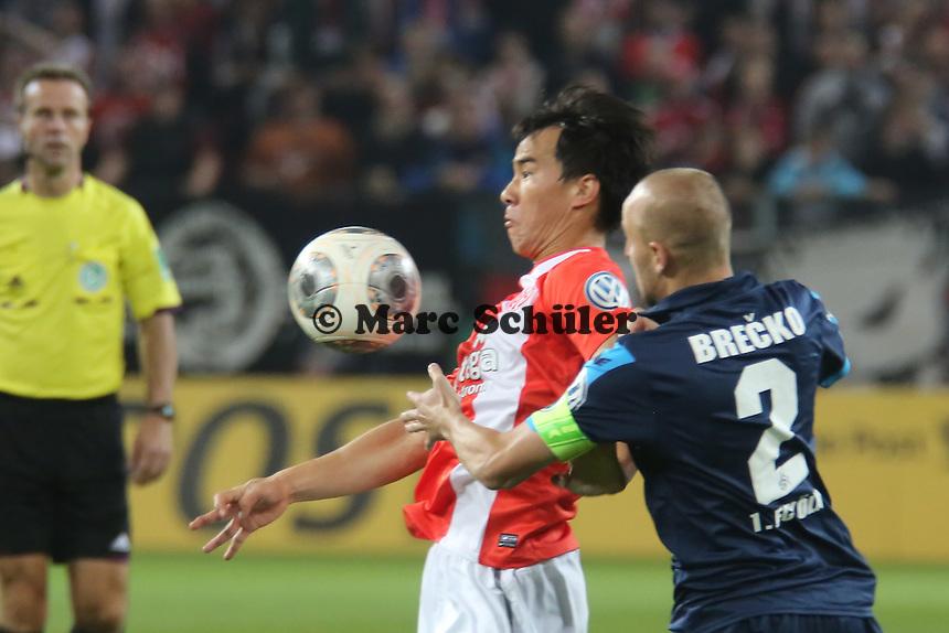 Shinji Okazaki (Mainz) gegen Miso Brecko (Köln) - 1. FSV Mainz 05 vs. 1. FC Köln, Coface Arena, 2. Runde DFB-Pokal