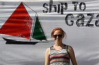 LA NAVE ESTELLE DEL MOVIMENTO FREEDOM FLOTILLA FA TAPPA NEL PORTO DI NAPOLI , PRIMA DI SALPARE PER GAZA NEL TENTATIVO DI ROMPERE L'EMBARGO ISRAELIANO E CONSEGNARE DONI E AIUTI ALLA POPOLAZIONE PALESTINESE.NELLA FOTO ROSA SICA.FOTO CIRO DE LUCA