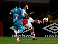 BOGOTÁ-COLOMBIA, 04-04-2019: Nicolás Gil de Independiente Santa Fe, disputa el balón con Pablo Rojas de Jaguares F.C., durante partido de la fecha 13 entre Independiente Santa Fe y Jaguares F.C., por la Liga Águila I 2019, en el estadio Nemesio Camacho El Campin de la ciudad de Bogotá. / Nicolas Gil of Independiente Santa Fe struggles for the ball with Pablo Rojas of Jaguares F.C., during a match of the 13th date between Independiente Santa Fe and Jaguares F.C., for the Aguila Leguaje I 2019 at the Nemesio Camacho El Campin Stadium in Bogota city, Photo: VizzorImage / Luis Ramírez / Staff.