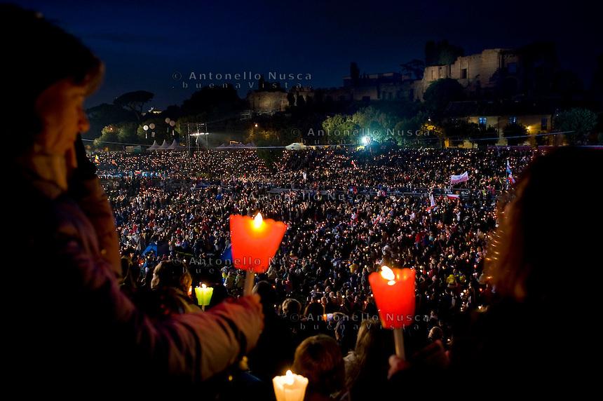 Faithful at the Circus Maximus for a prayer vigil to celebrate the Pope John Paul II beatification. The Palatino hill is in background.Migliaia di fedeli si sono radunati al Circo Massimo per assistere alla veglia in onore di Giovanni Paolo II.
