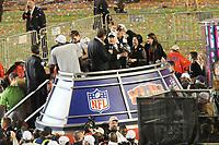 Teambesitzer Tom Benson (Saints) mit der Vince-Lombardi-Troph&auml;e<br /> Super Bowl XLIV: Indianapolis Colts vs. New Orleans Saints *** Local Caption *** Foto ist honorarpflichtig! zzgl. gesetzl. MwSt. Auf Anfrage in hoeherer Qualitaet/Aufloesung. Belegexemplar an: Marc Schueler, Alte Weinstrasse 1, 61352 Bad Homburg, Tel. +49 (0) 151 11 65 49 88, www.gameday-mediaservices.de. Email: marc.schueler@gameday-mediaservices.de, Bankverbindung: Volksbank Bergstrasse, Kto.: 52137306, BLZ: 50890000