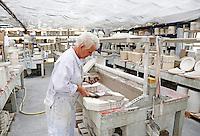 Delft- De Porceleyne Fles. Fabriek waar delftsblauw aardewerk wordt vervaardigd. Er is tevens een museum gevestigd. Vrouw is bezig met de mallen