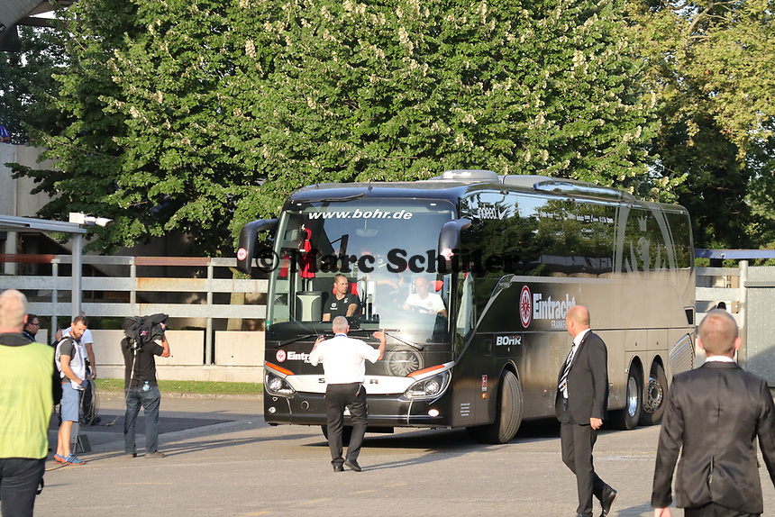 Mannschaftsbus von Eintracht Frankfurt wird ins Stadion begleitet - 22.08.2019: Racing Straßburg vs. Eintracht Frankfurt, UEFA Europa League, Qualifikation, Commerzbank Arena<br /> DISCLAIMER: DFL regulations prohibit any use of photographs as image sequences and/or quasi-video.
