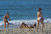 RIO DE JANEIRO, RJ, 03 AGOSTO 2012 -CLIMA TEMPO NA CAPITAL CARIOCA- Movimentacao na Praia de Copacabana nesta sexta feira, o3 de agosto, na manha de muito sol em Copacabana, zona sul do rio. (FOTO: MARCELO FONSECA / BRAZIL PHOTO PRESS).