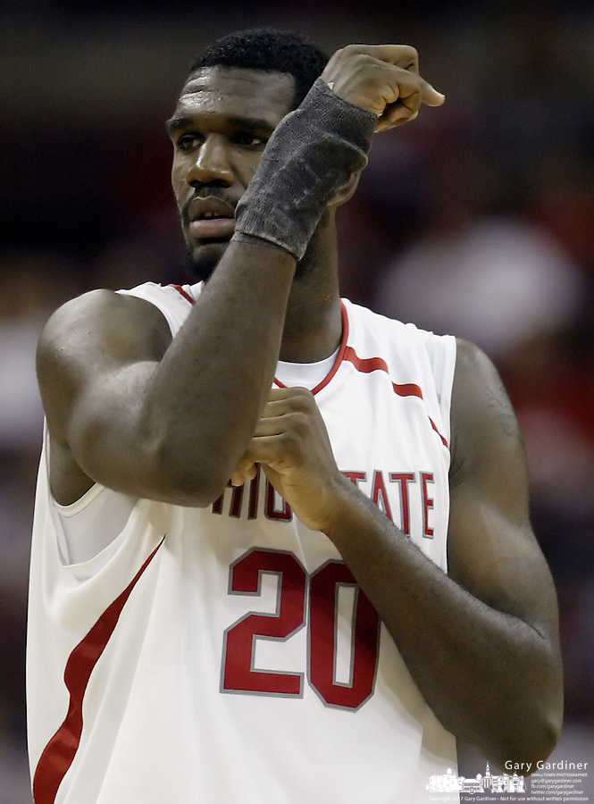 2 December 2006: Ohio State's Greg Oden wearing a wrist brace during the game against Valparaiso at Value City Arena in Columbus, Ohio. Oden was the nation's top high school player for the past two years and made his college debut tonight after sitting out with a wrist injury.<br />