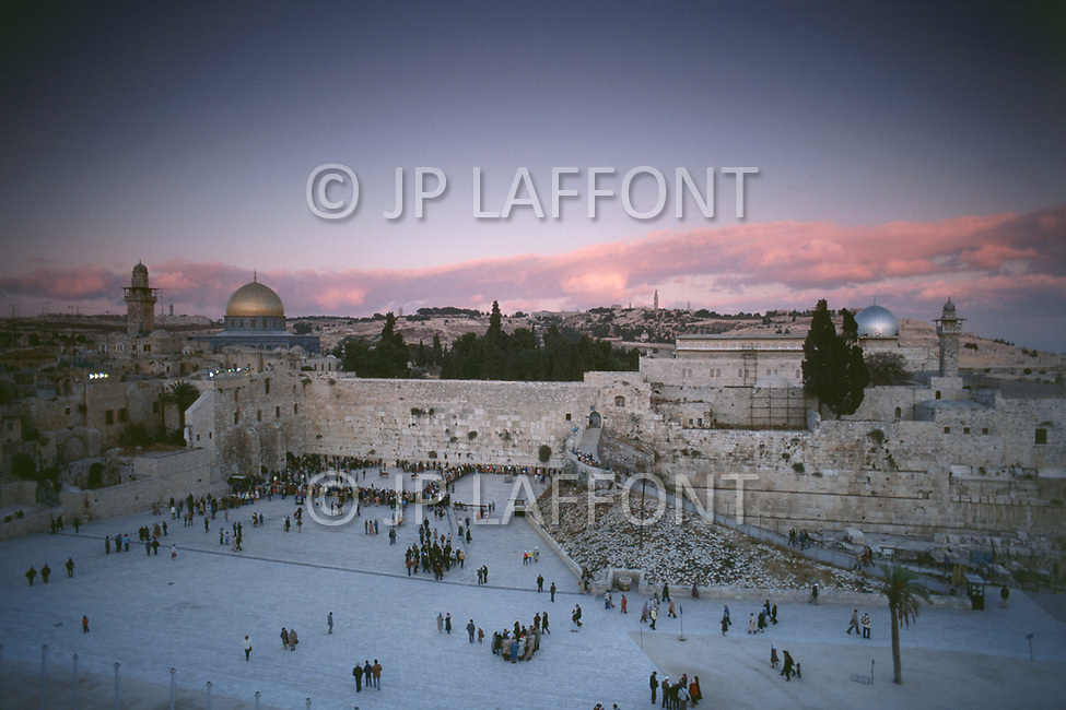 685-691 --- The sun sets over the Wailing Wall, the Dome of the Rock and Al-Aqsa Mosque in Jerusalem. --- Image by © JP Laffont