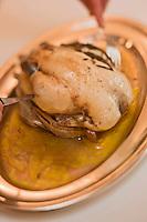 Europe/France/Rhone-Alpes/07/Ardéche/Lamastre:   Découpe de la poularde de Bresse en vessie - recette de Bernard  Perrier -  Hôtel du Midi/Barattéro