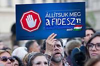 UNGARN, 09.04.2017, Budapest - V. Bezirk. Demonstration gegen den Beschluss der Fidesz-Regierung, den Weiterbetrieb der von George Soros finanzierten und fuer ihre Liberalitaet und Weltoffenheit bekannte. Zentraleuropaeishcen Universitaet CEU legislativ zu verunmoeglichen. -Abschlusskundgebung auf dem Kossuth-Platz vor dem Parlament. &quot;Stoppt Fidesz!&quot; (die Regierungspartei). Dies ist eine umgestaltete Version der laufenden Anti-EU-Kampagne der Regierung, &quot;Stoppt Bruessel!&quot;. | Demonstration against the Fidesz government's decision to legally make it impossible to further uphold the Central European University, financed by George Soros and known for its liberal and cosmopolitan spirit. -Final manifestation on Kossuth square in front of the parliament. &quot;Stop Fidesz!&quot; (the party in government). This is a mock-up of the government's current anti-EU campaign, &quot;Stop Brussels!&quot;. <br /> &copy; Martin Fejer/EST&amp;OST