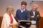 UTRECHT _ Algemene Ledenvergadering Utrecht, van de KNHB. Madeleine Bakker met een vertegenwoordiger van HC Nova, die de bestuurdersprijs ontving. Voor de bestuurderstrofee 2016 zijn acht aanmeldingen ontvangen waarvan drie verenigingen zijn genomineerd, te weten HC Nova, HC Schiedam en USHC. Winnaar van de bestuurderstrofee is HC Nova en ontving naast een schild ook een cheque ter waarde van € 5.000,- voor de vereniging. links Madeleine Bakker (Bestuurslid KNHB) . Copyright Koen Suyk
