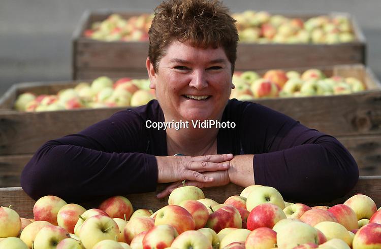 Foto: VidiPhoto..GOUDA - Ester van Aalst uit Gouda, de onderneemster achter het succesvolle twitteraccount Boerenfluitjes. Boerenfluitjes ontdekt als stadsmeisje het platteland en wil weten waar haar eten vandaan komt. Ze volgt meer dan 500 boeren op twitter en stelt hen vragen. Duizenden volgers van haar twitteraccount lezen zo de antwoorden. Boerenfluitjes is de objectieve, verbindende schakel tussen stad en platteland..