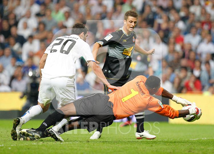 Madrid.- (21/09/10)Estadio Santiago Bernabeu..Campeonato Nacional de Liga..Real Madrid - Espanyol .Higuain, Kameni...©Alex Cid-Fuentes/AlfaquiFotografia