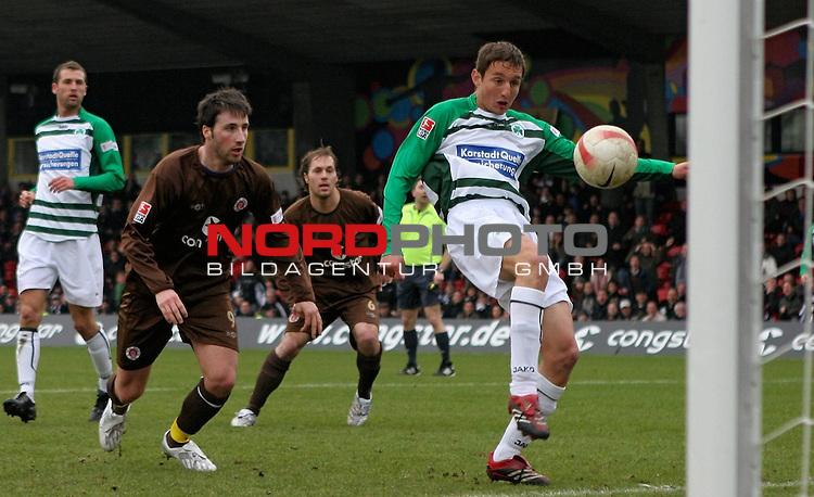 2.Liga 2007/2008  21. Spieltag Rueckrunde<br /> FC St.Pauli &ndash; vs. Greuther Fuerth 1:1<br /> <br /> Fuerths Abwehrspieler Asen Karaslalov (Nr.3) kommt gegen Torschuetze Ren&eacute; Schnitzler (St.Pauli Nr. 9) zu spaet. 1:1 in der 59.Spielminute.<br /> <br /> <br /> Foto &copy; nph (nordphoto)<br /> <br /> *** Local Caption ***