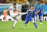 FUSSBALL WM 2014  VORRUNDE    Gruppe D     England - Italien                         14.06.2014 Gary Cahill (li, England) gegen Ciro Immobile (re, Italien)