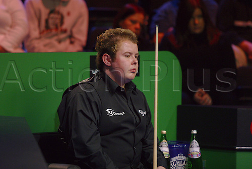 November 23, 2003: English player STEPHEN LEE waits to play during his third round match against Pinches in the Travis Perkins UK Championship Finals at the York Barbican Centre. LEE lost to Pinches 9 - 6. Photo: Neil Tingle/Action Plus...snooker 031123