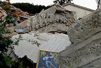 Saletta, Rieti, 26 Agosto 2016.<br /> Quadri con ballerini tra gli edifici crollati a Saletta.<br /> In questa piccola citt&agrave; i residenti sono tredici  e durante l'estate &egrave; affollata dai turisti soprattutto da Roma, il terremoto ha ucciso ventidue persone.<br /> L'Italia &egrave; stata colpita da un potente, terremoto di 6,2 magnitudo nella notte del 24 agosto, 2016, che ha ucciso almeno 290 persone .<br /> Paintings of dancers between collapsed buildings  in Saletta, earthquake in central Italy was struck by a powerful, 6.2-magnitude earthquake in the night of August 24, 2016, Which has killed at least 290 people and devastated hundreds of houses.