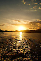 BERTIOGA, SP, 04 DE JANEIRO 2012 – BERTIOGA POR DO SOL - Por do Sol nesta quarta-feira visto a partir da balsa na travessia Bertioga-Guaruja. FOTO: DEBBY OLIVEIRA - NEWS FREE