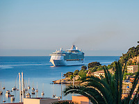 France, Provence-Alpes-Côte d'Azur, Villefranche-sur-Mer: cruise ship 'Liberty of the Seas' approaching Villefranche-sur-Mer Bay after sunrise | Frankreich, Provence-Alpes-Côte d'Azur, Villefranche-sur-Mer: Kreuzfahrtschiff 'Liberty of the Seas' faehrt bei Sonnenaufgang in die Bucht von Villefranche-sur-Mer ein, Frankreichs groessten Kreuzfahrthafen