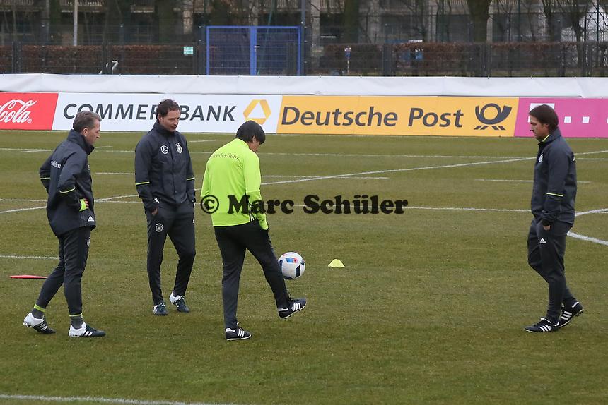 Bundestrainer Joachim Löw mit Torwarttrainer Andreas Köpke und Co-Trainer Markus Sorg und Thomas Schneider - Training der Deutschen Nationalmannschaft, Wurfplatz Berlin