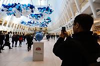 """NEW YORK, NY, 22.03.2017 - DIA-AGUA - Balıes azuis e brancos s""""o vistos em celebraÁ""""o ao Dia Mundial da Agua no Oculus da estaÁao World Trade Center na Ilha de Manhattan na cidade de New York nos Estados Unidos nesta quarta-feira, 22. (Foto: Vanessa Carvalho/Brazil Photo Press)"""