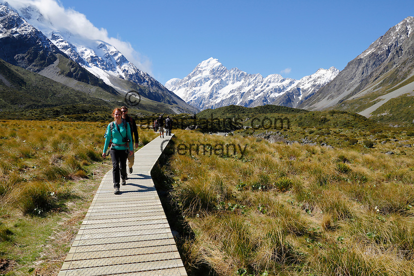 New Zealand, South Island, Canterbury region, Mount Cook National Park: Boardwalk on Hooker Valley Trail with Mount Cook | Neuseeland, Suedinsel, Region Canterbury, Mount Cook National Park: Wanderer auf dem Hooker Valley Trail und Mount Cook im Hintergrund