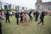 """Protest gegen den """"Marsch fuer das Leben"""" des konservativen Bundesverbandes Lebensrecht (BVL) am Samstag den 17. September 2016 in Berlin. Mehrere tausend Lebensschuetzer zogen mit dem jaehrlichen """"Marsch fuer das Leben"""". Sie sind gegen ein Selbsbestimmungsrecht der Frau und fuer ein Verbot von Abtreibung.<br /> Gegnerinnen und Gegner der christlichen Fundamentalisten protestierten lautstark und riefen """"Mittelalter, Mittelalter!"""" und """"Haett Maria abgetrieben, waert ihr uns erspart geblieben"""". Einigen Gegnerinnen gelang es unter die Lebenschuetzer zu gelangen um dort lautstark zu protestieren. Sie wurden von der Polizei aus der Demonstration entfernt.<br /> 17.9.2016, Berlin<br /> Copyright: Christian-Ditsch.de<br /> [Inhaltsveraendernde Manipulation des Fotos nur nach ausdruecklicher Genehmigung des Fotografen. Vereinbarungen ueber Abtretung von Persoenlichkeitsrechten/Model Release der abgebildeten Person/Personen liegen nicht vor. NO MODEL RELEASE! Nur fuer Redaktionelle Zwecke. Don't publish without copyright Christian-Ditsch.de, Veroeffentlichung nur mit Fotografennennung, sowie gegen Honorar, MwSt. und Beleg. Konto: I N G - D i B a, IBAN DE58500105175400192269, BIC INGDDEFFXXX, Kontakt: post@christian-ditsch.de<br /> Bei der Bearbeitung der Dateiinformationen darf die Urheberkennzeichnung in den EXIF- und  IPTC-Daten nicht entfernt werden, diese sind in digitalen Medien nach §95c UrhG rechtlich geschuetzt. Der Urhebervermerk wird gemaess §13 UrhG verlangt.]"""
