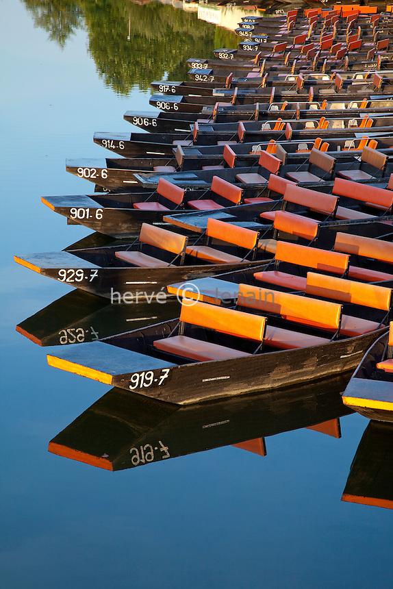 France, Deux-Sèvres (79), Parc Interrégional du Marais Poitevin labellisé Grand Site de France, Coulon, barques sur la Sèvre Niortaise // France, Deux Sevres, Parc Interregional du Marais Poitevin labellise Grand Site de France (Interregional Park of the Marais Poitevin labelled Great Site of France), Coulon, row boats on Sevre Niortaise