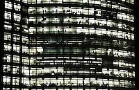 Nederland Amsterdam 2016. De Zuidas bij avond. Hoofdkantoor ABN-AMRO. Foto Berlinda van Dam / Hollandse Hoogte
