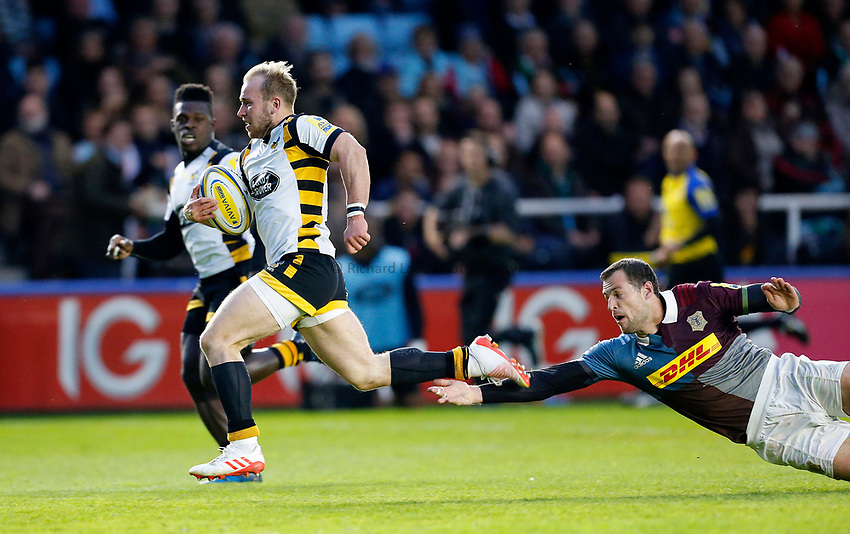 Photo: Richard Lane/Richard Lane Photography. Aviva Premiership. Harlequins v Wasps. 28/04/2017. Wasps' Dan Robson breaks from Quins' Tim Visser for a try.