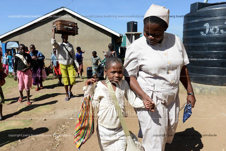 TANZANIA Mara, Tarime, village Masanga, region of the Kuria tribe who practise FGM Female Genital Mutilation, temporary rescue camp of the Diocese Musoma for girls which escaped from their villages to prevent FGM / TANSANIA Mara, Tarime, Dorf Masanga, in der Region lebt der Kuria Tribe, der FGM weibliche Genitalbeschneidung praktiziert, temporaerer Zufluchtsort fuer Maedchen, denen in ihrem Dorf Genitalverstuemmelung droht, in einer Schule der Dioezese Musoma, Schwestern DAUGHTERS OF CHARITY (ST. VINCENT DE PAUL), Schwester SR. CLEMENTINE NDOOLE empfaengt neue Maedchen aus den Doerfern