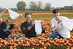Foto: VidiPhoto<br /> <br /> NIEUWE NIEDORP &ndash; Onderbroekenlol met een serieuze ondertoon. Tulpenkweker Tom Groot graaft woensdag samen met studenten van het Clusius College uit Hoorn katoenen onderbroeken in aan de rand van een bloeiend tulpenveld in Nieuwe Niedorp. Het is het landelijke startschot van de eerste Soil Your Undies Challenge, een initiatief van Nederlandse bloembollenkwekers om aandacht te vragen voor een gezond bodemleven. Boer Tom graaft tevens een wit katoenen rompertje in als knipoog naar zijn aanstaande vaderschap komende zomer. De onderbroeken worden na twee maanden weer opgegraven. Als de onderbroek dan vol gaten zit en ondraagbaar is, is er sprake van een actief en gezond bodemleven. Is de onderbroek na die tijd nog &lsquo;draagbaar&rsquo;, dan is de bodem niet in optimale conditie en dient er organische grondverbetering plaats te vinden. De komende dagen worden honderden onderbroeken door bloembollenkwekers in heel Nederland ingegraven om zo het belang van een rijk bodemleven voor mens, dier, milieu en het klimaat willen onderstrepen.